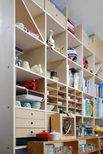 キッチンとリビングの間仕切り収納棚-1