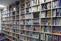 出版社の壁面本棚