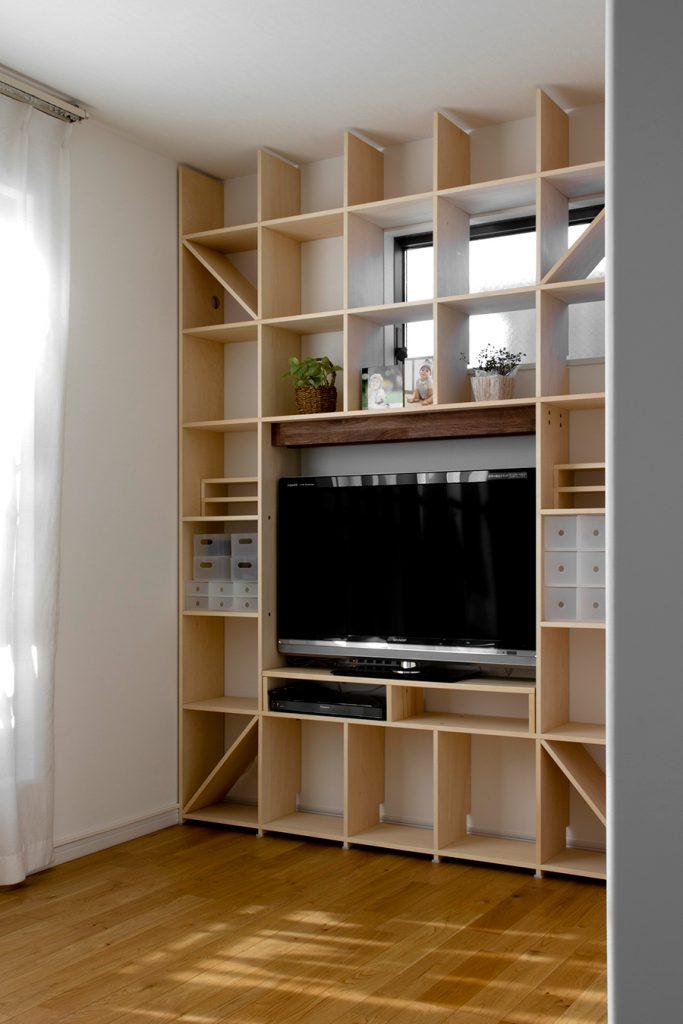 テレビ台がある開口部付き本棚