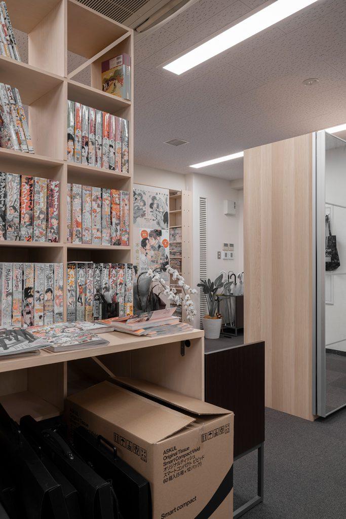 編集室を取り囲む共有本棚