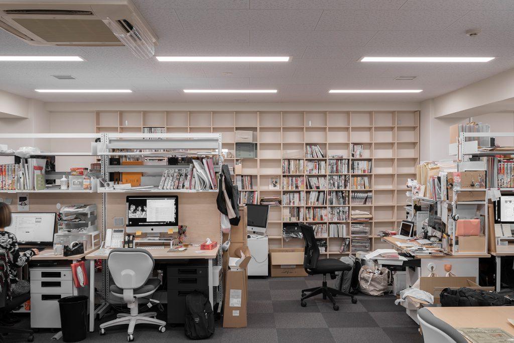 編集室の壁一面本棚