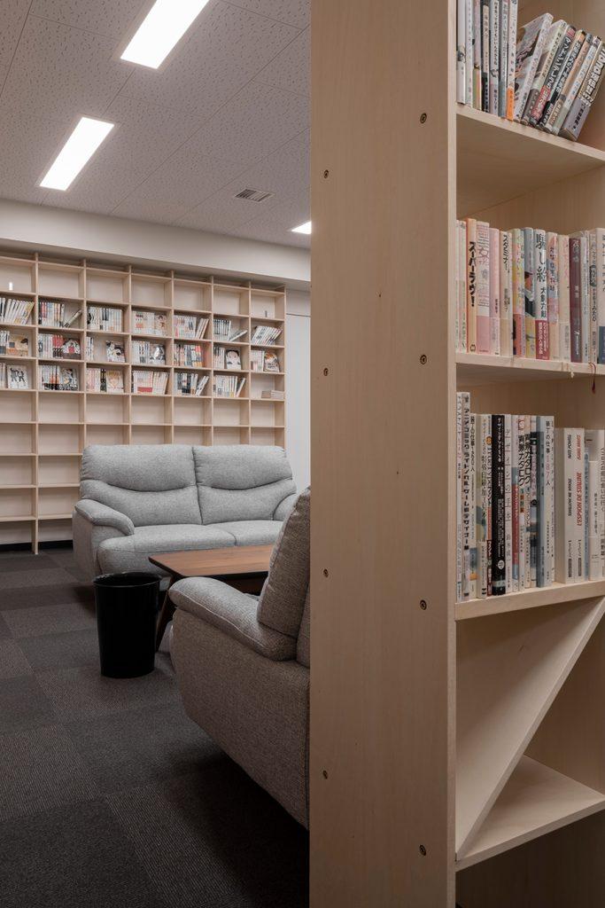 壁一面本棚と閲覧室