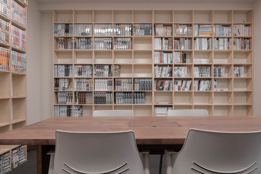 会議用テーブル、本に囲まれる