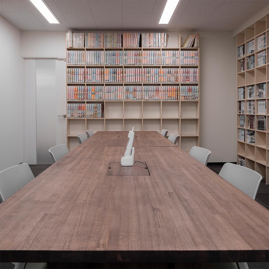 本に囲まれた会議テーブル