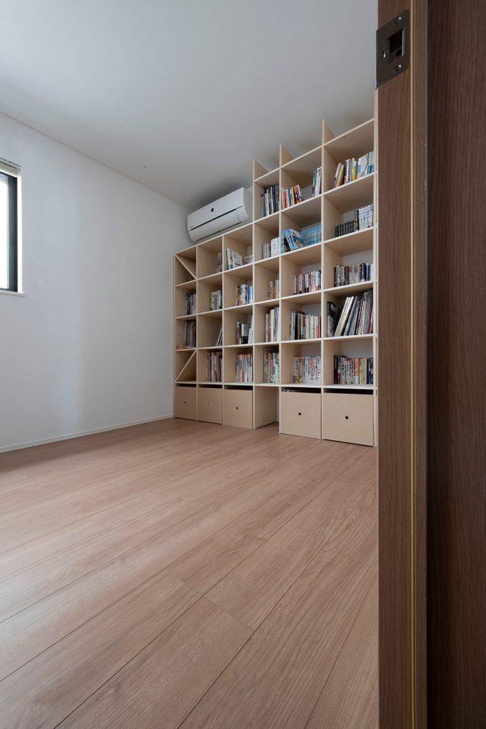 書斎の壁一面本棚