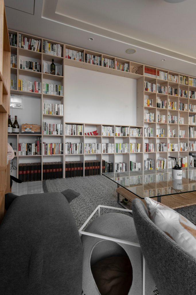 プロジェクタースクリーンと共存する壁一面の本棚 | メンタリストDaiGoさんの本棚(No.04)