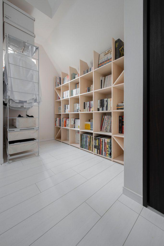 勾配天井に合わせて加工した本棚