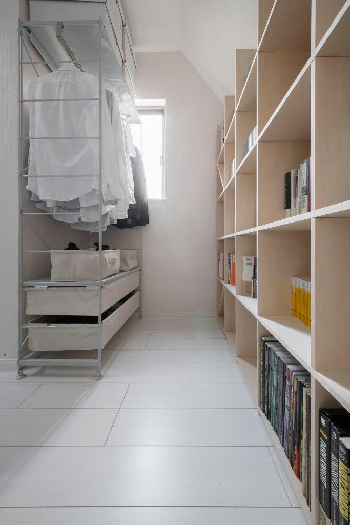北側斜線による勾配天井に合わせて加工した本棚