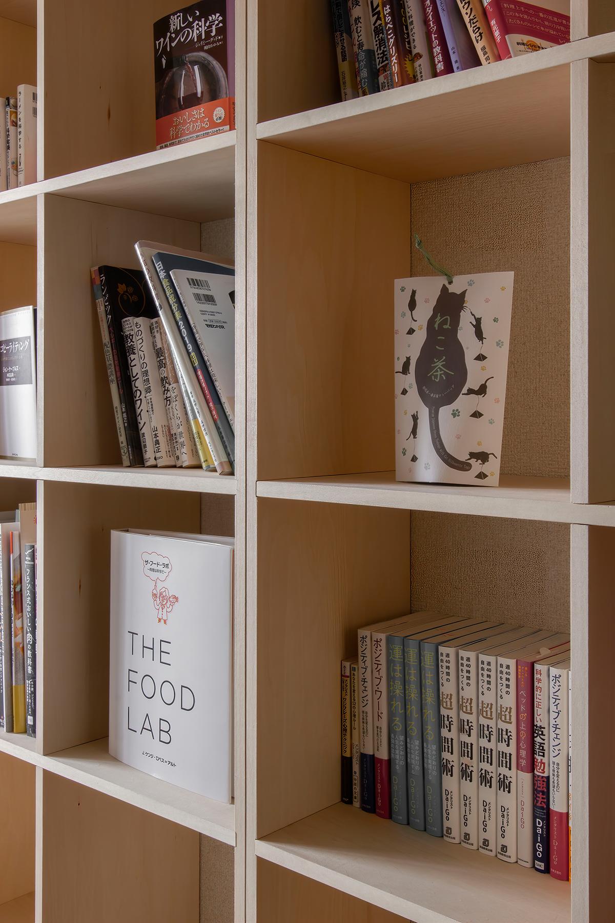 スタンディングデスクと本棚のある書斎