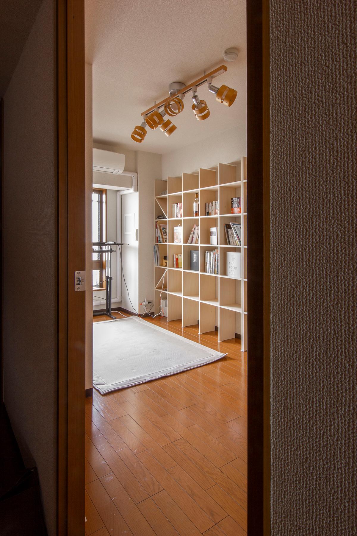 リモートワーク スタンディングデスクと本棚