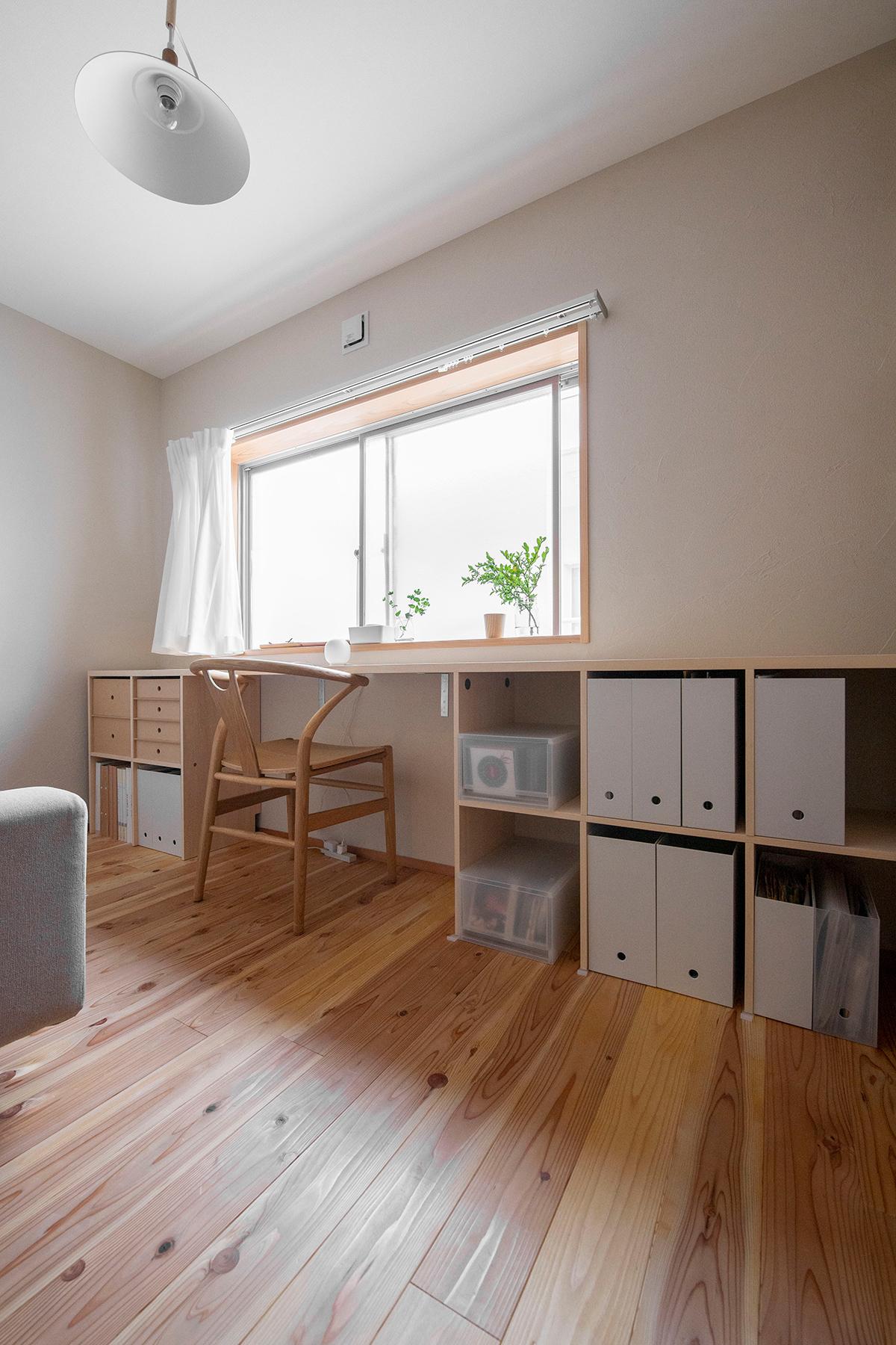 アンダーカウンター本棚/Shelf(No.02)部屋の開口部を生かしたカウンターデスク