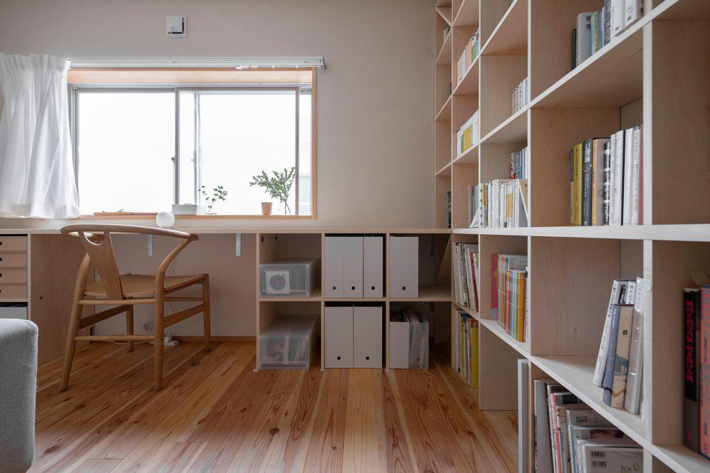 アンダーカウンター本棚と壁一面の本棚をL型に構成