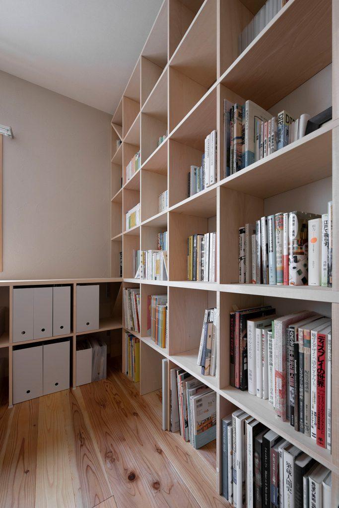 スタイリッシュなレイアウトL型に構成された本棚とカウンター