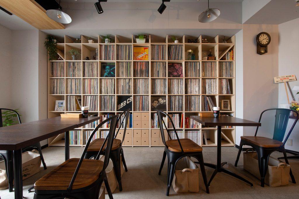 壁一面のLPレコード収納棚