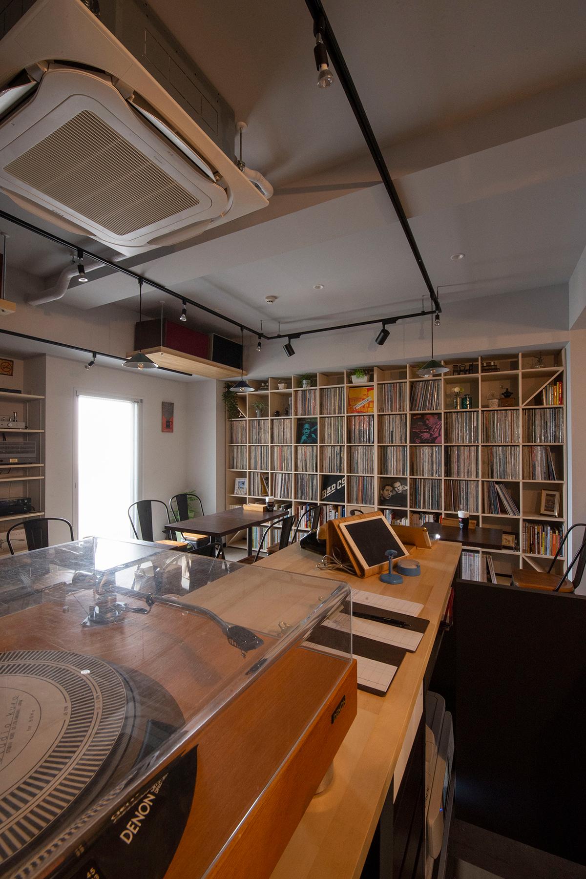 壁一面のLPレコードディスプレイ収納棚