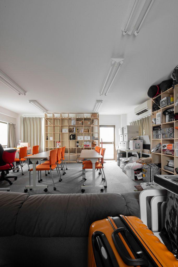 壁一面の本棚 番組制作会社の道具棚