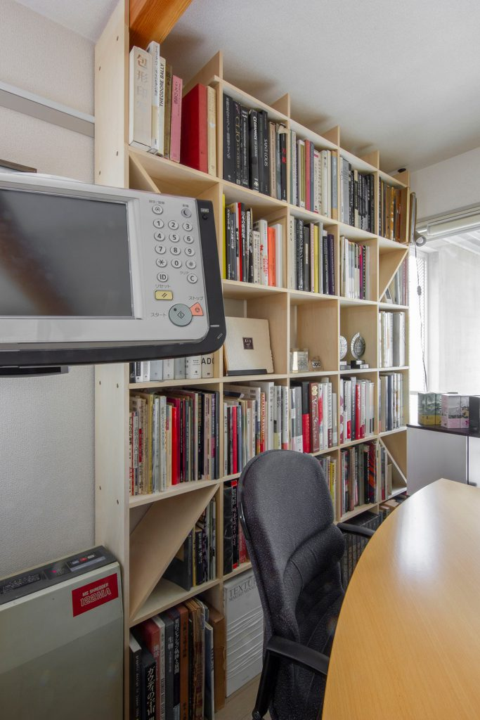 オフィスの打合せ室に壁一面の本棚