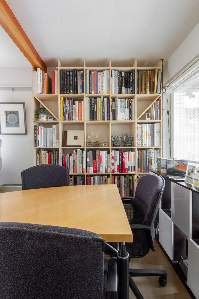 事務所の打合せ室に壁一面の本棚