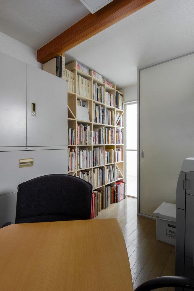 事務所の打合せ室に壁面本棚