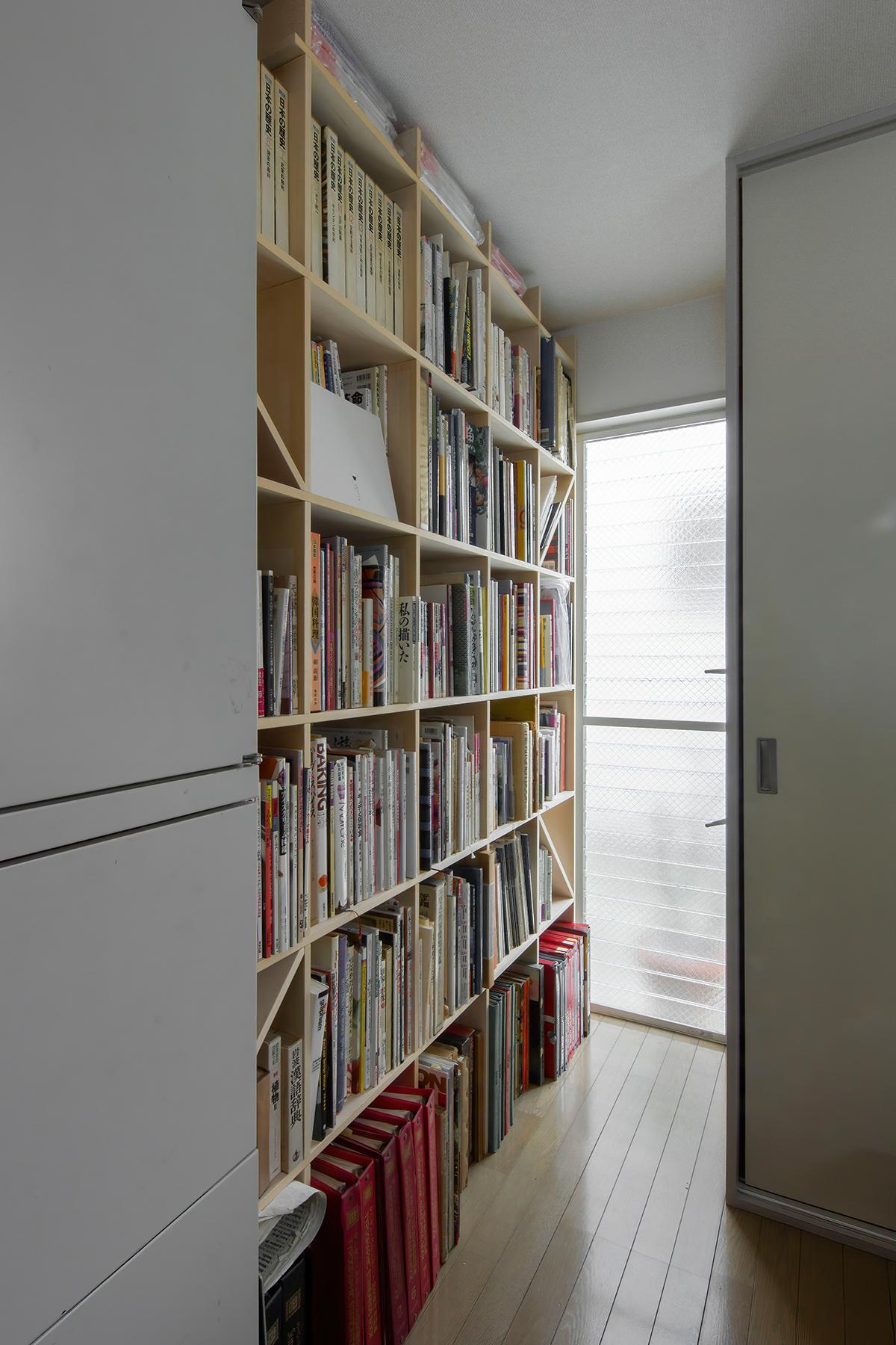 事務所レイアウトに壁一面の本棚