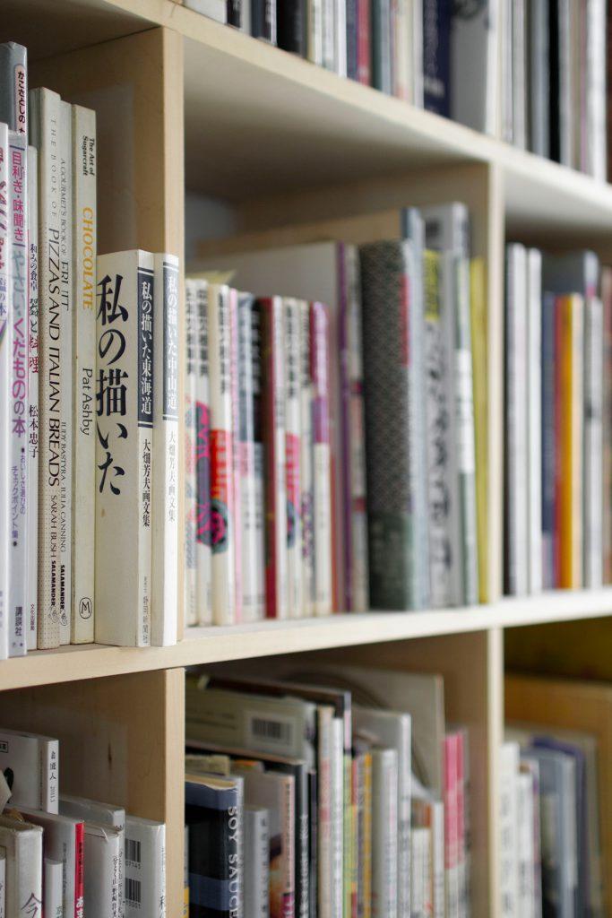 オフィスレイアウト壁一面の本棚
