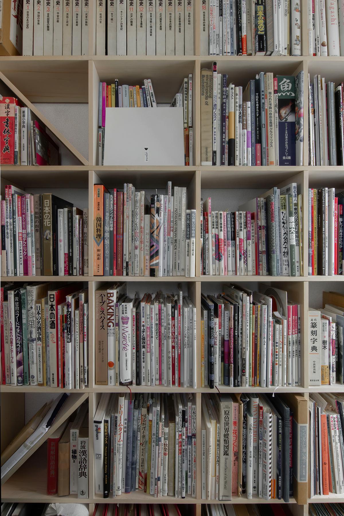 オフィスの打合せコーナーに壁一面の本棚