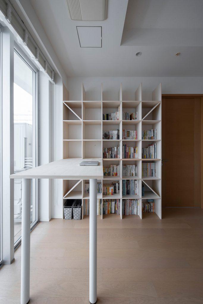 見晴らしのいい窓に向かうスタンディングデスク | スタンディングデスク付き本棚/Shelf(No.01)