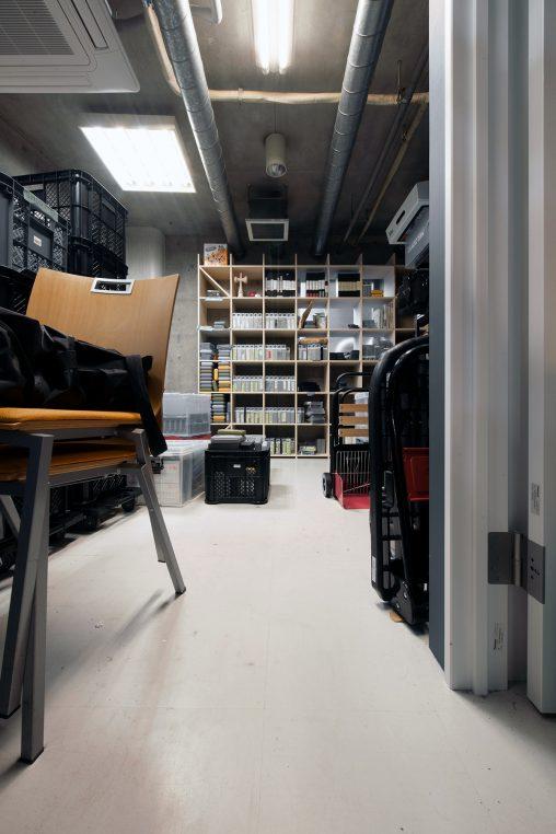 映像制作会社の収納倉庫に | 壁一面の本棚 奥行350mm/Shelf(No.88)