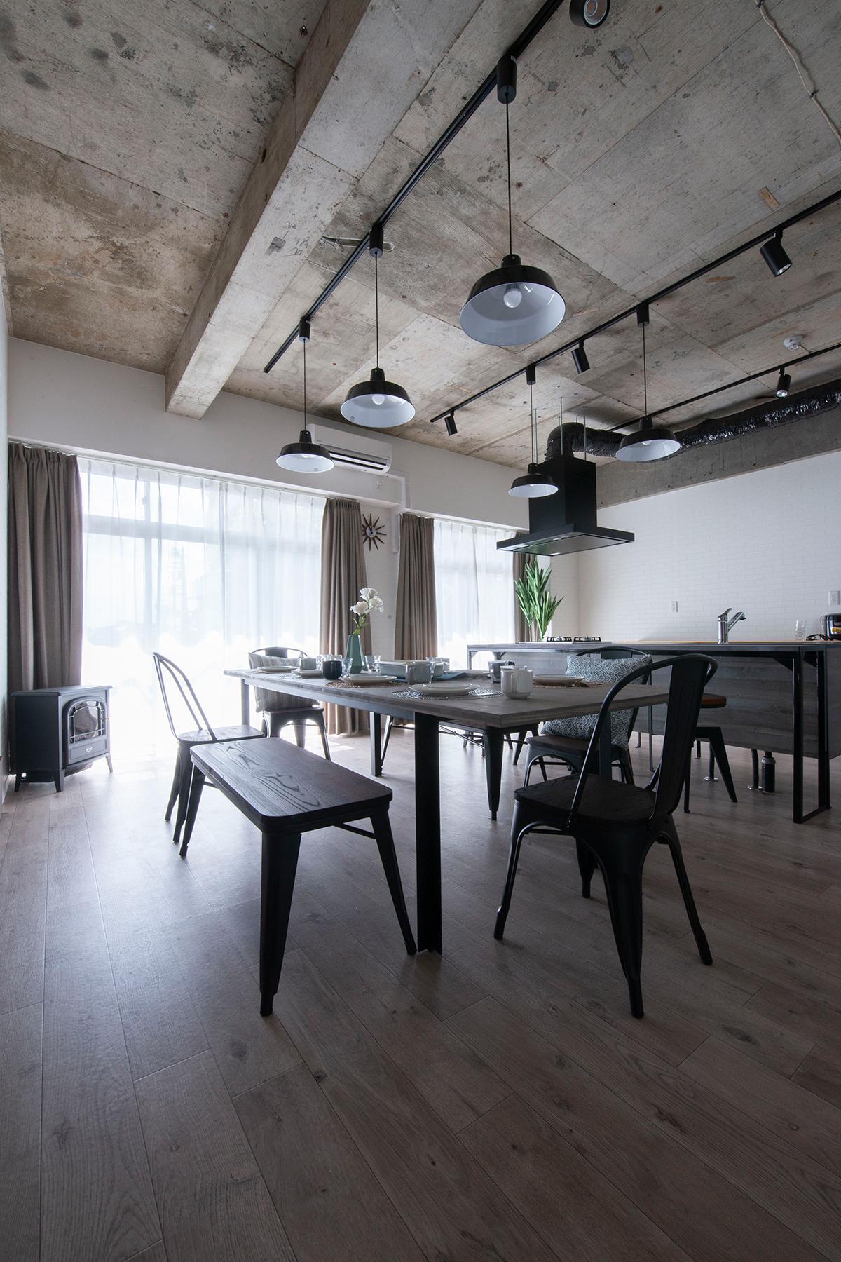 シェアハウスのダイニングテーブルに | スプルス積層パネルを用いたテーブル スチール脚(浮造り調)/Tavola(No.1)