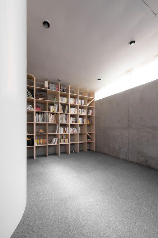螺旋階段のある地下室に | 壁一面の本棚 奥行250mm/Shelf(No.62)