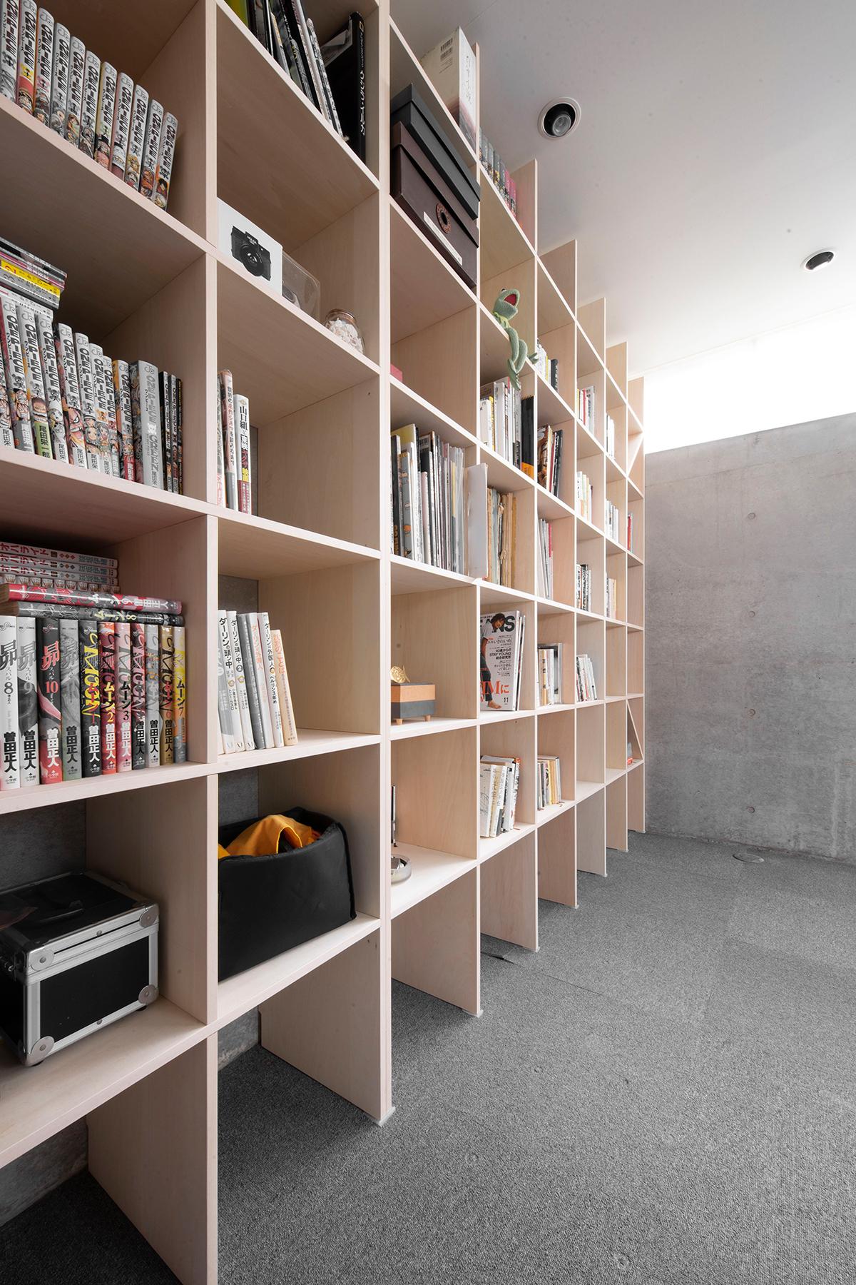 螺旋階段のある地下室に   壁一面の本棚