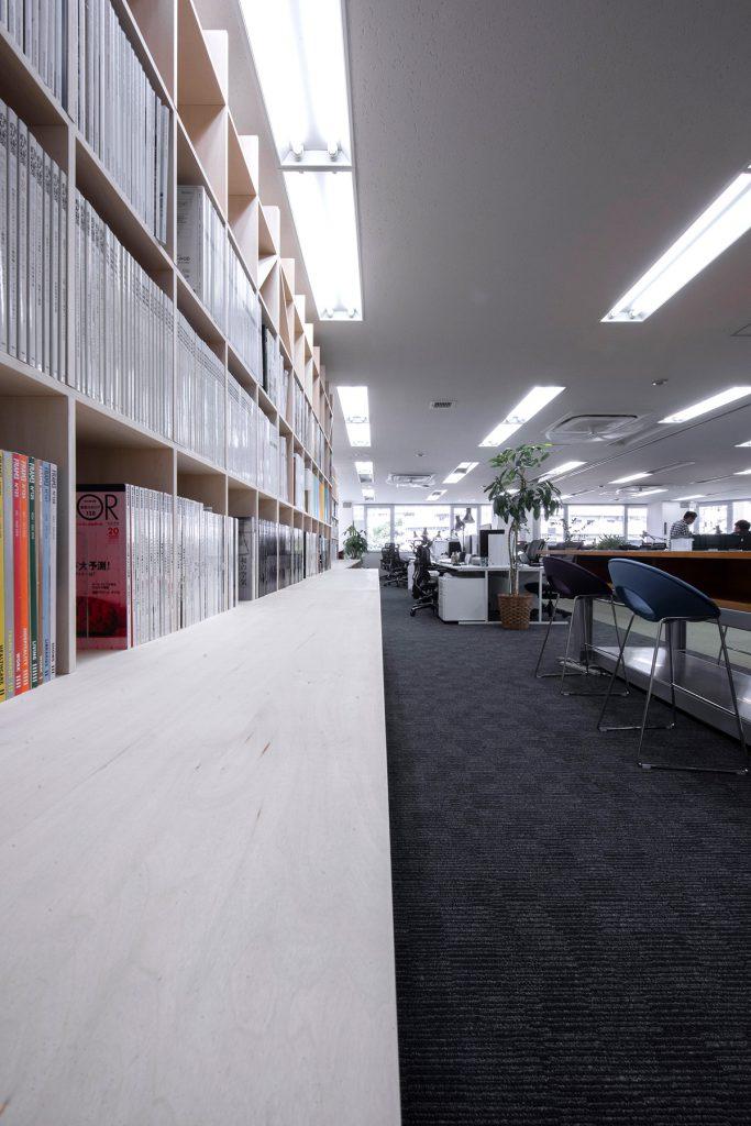 本棚で仕切る設計事務所のワークスペース