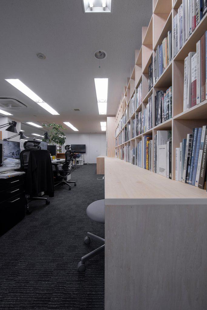 ワークデスク付き本棚設計事務所のワークスペースに