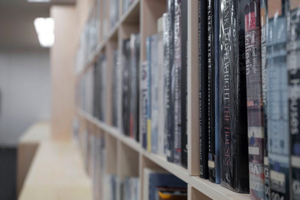 本棚のある設計事務所のワークスペース