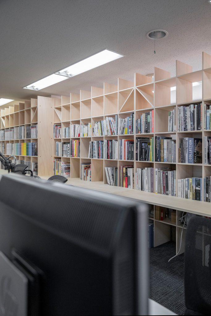 本棚で仕切る設計事務所のワークスペースに