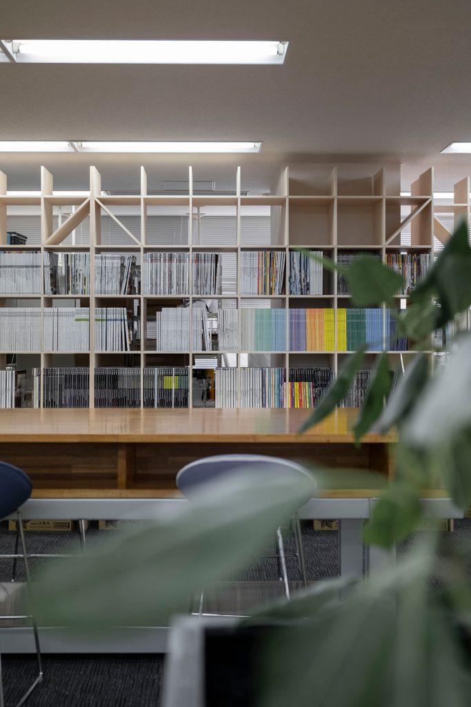 カウンターのある本棚設計事務所のワークスペースに