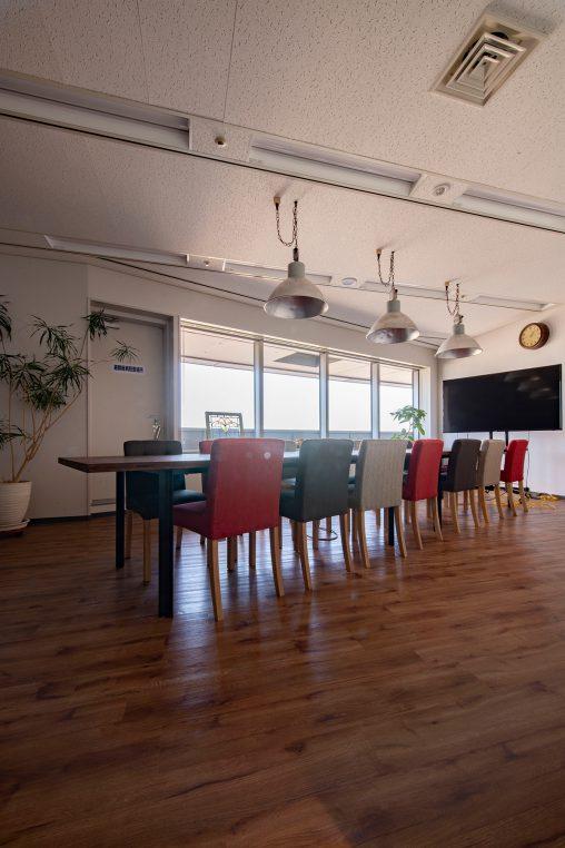 会議室の会議テーブルに | スプルス積層パネルを用いたテーブル スチール脚(ウォールナット調)/Tavola(No.02)