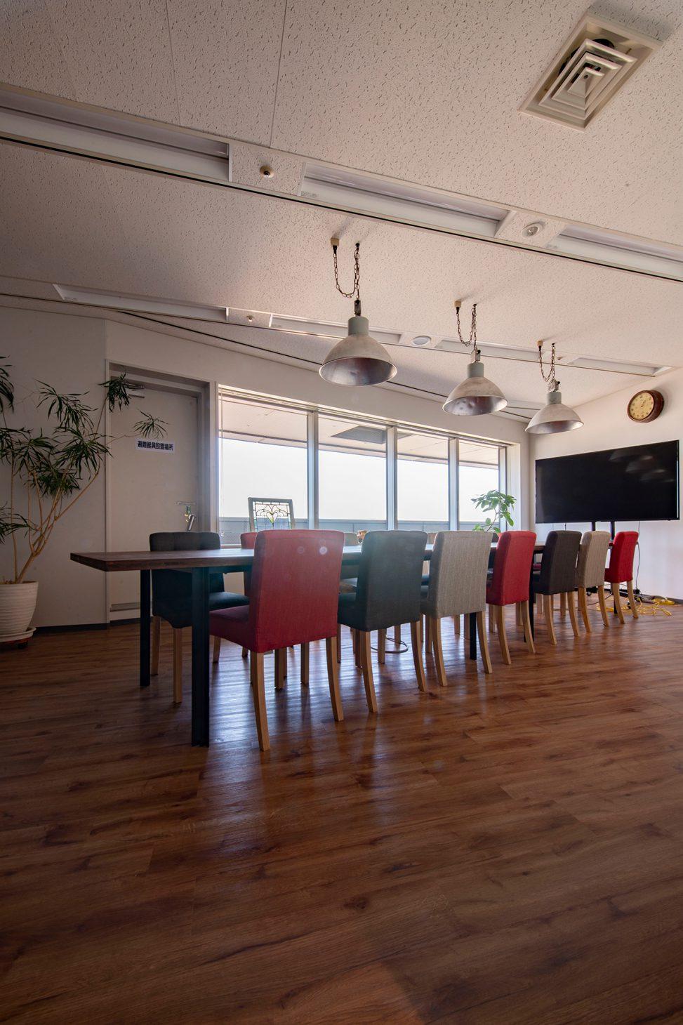 会議室の会議テーブルに   スプルス積層パネルを用いたテーブル スチール脚(ウォールナット調)/Tavola(No.02)