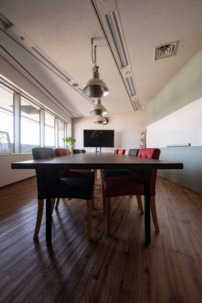 会議室の大きな会議用テーブル
