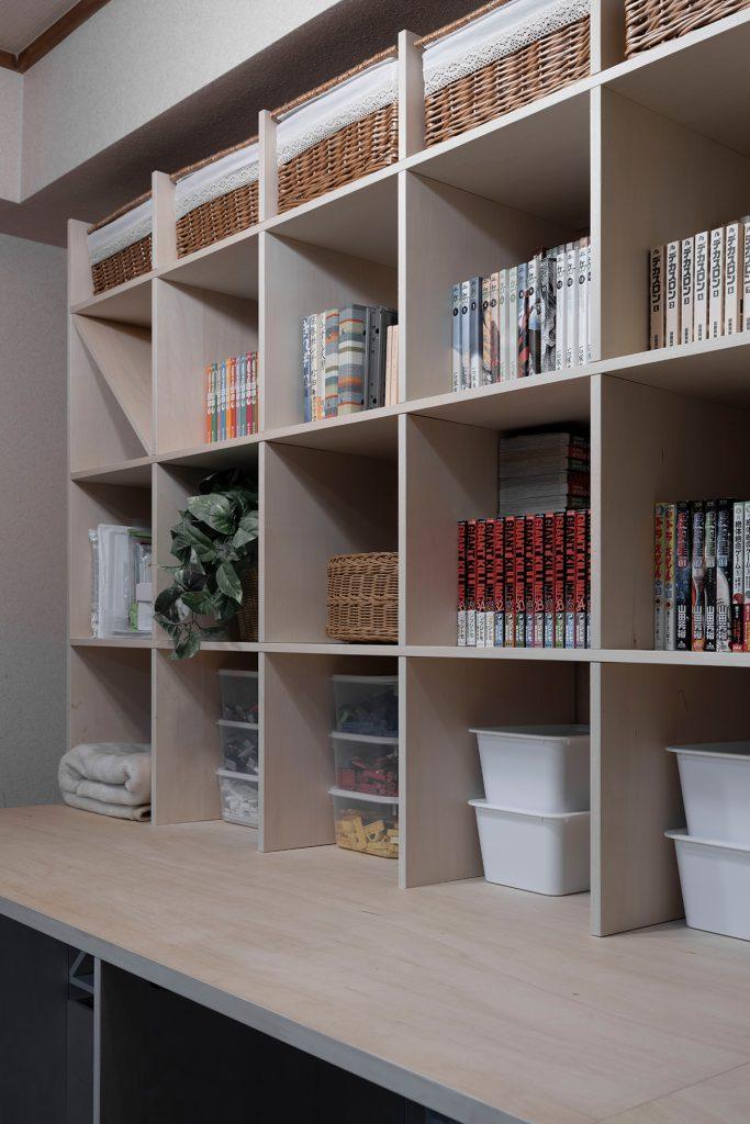 カウンター付き本棚とロータイプ本棚で囲まれたリビング
