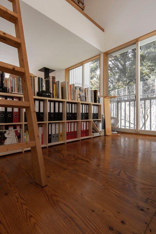 グラフィックデザイナーの仕事場に | 壁一面の本棚 奥行350mm ロータイプ/Shelf(No.09)