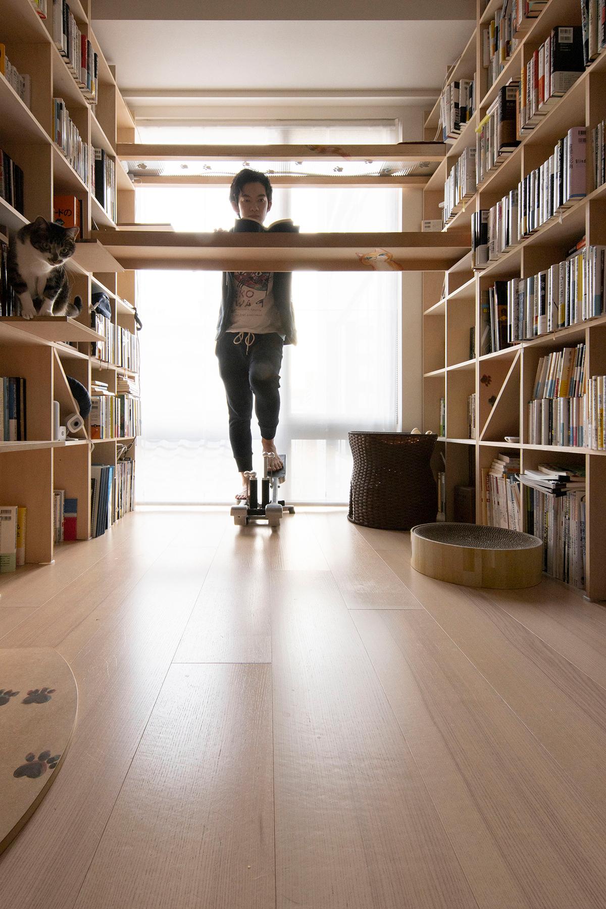 3面本棚 | メンタリストDaiGoさんの壁一面本棚、スタンディングデスク