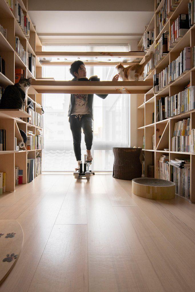 スタンディングデスク | メンタリストDaiGoさんのニコ動、本棚