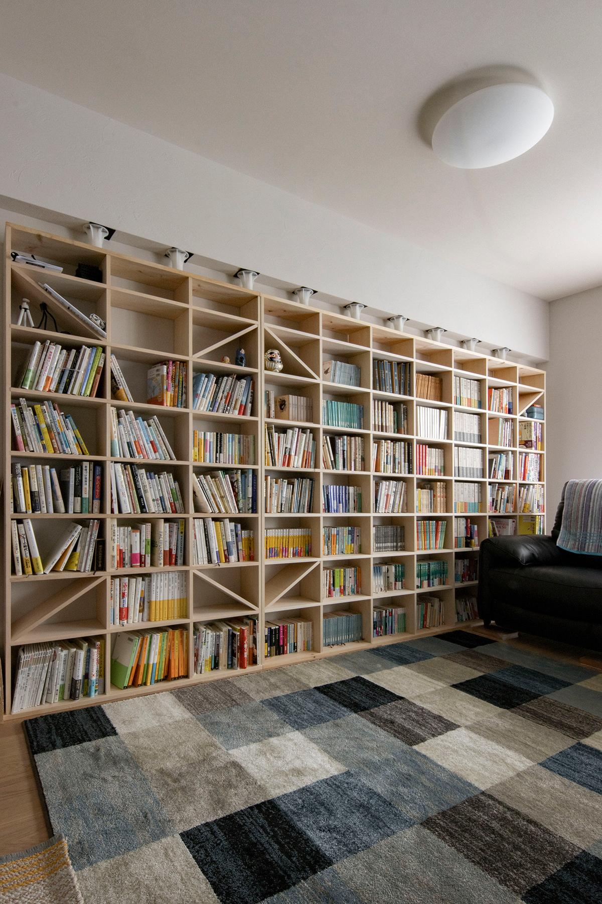 単行本を中心とした壁一面の本棚