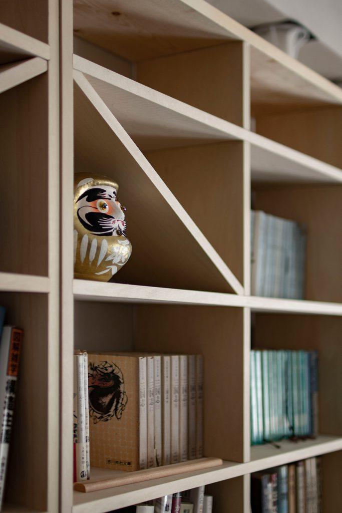 コートハウスのリビングの壁一面に | 壁一面のA5判本棚 奥行180mm / Shelf (No.08)