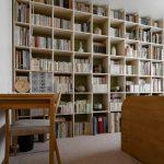 自転車が飾ってある壁の向かいに | 壁一面の本棚 奥行250mm/Shelf(No.65)