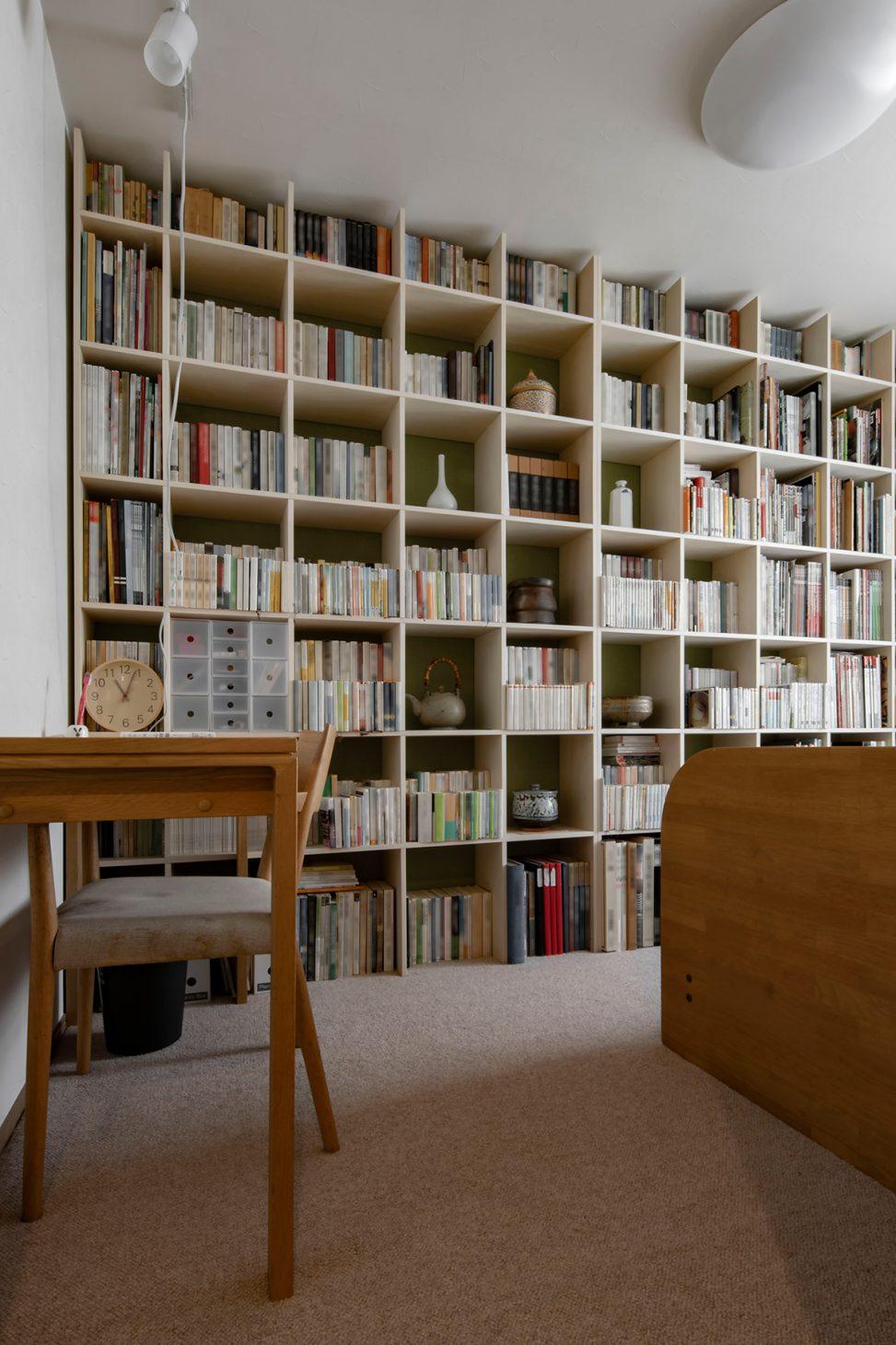 自転車が飾ってある壁の向かいに   壁一面の本棚 奥行250mm/Shelf(No.65)