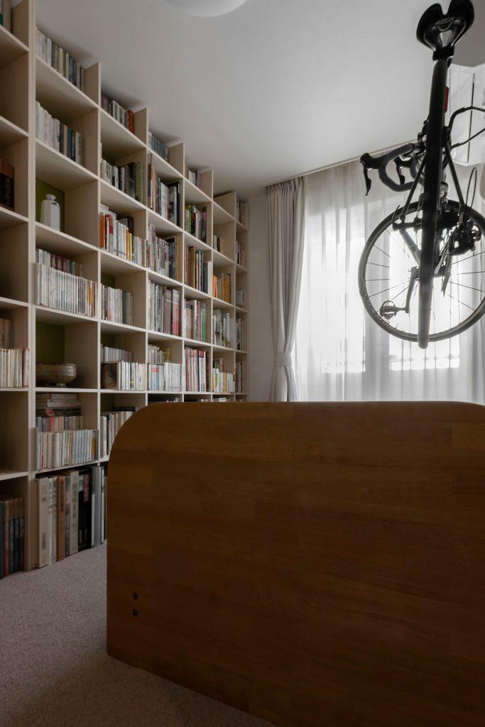 自転車が飾ってある壁の向かいに   壁一面の本棚 奥行