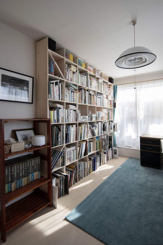 ご夫婦共用の書斎に   壁一面の本棚とワークデスク