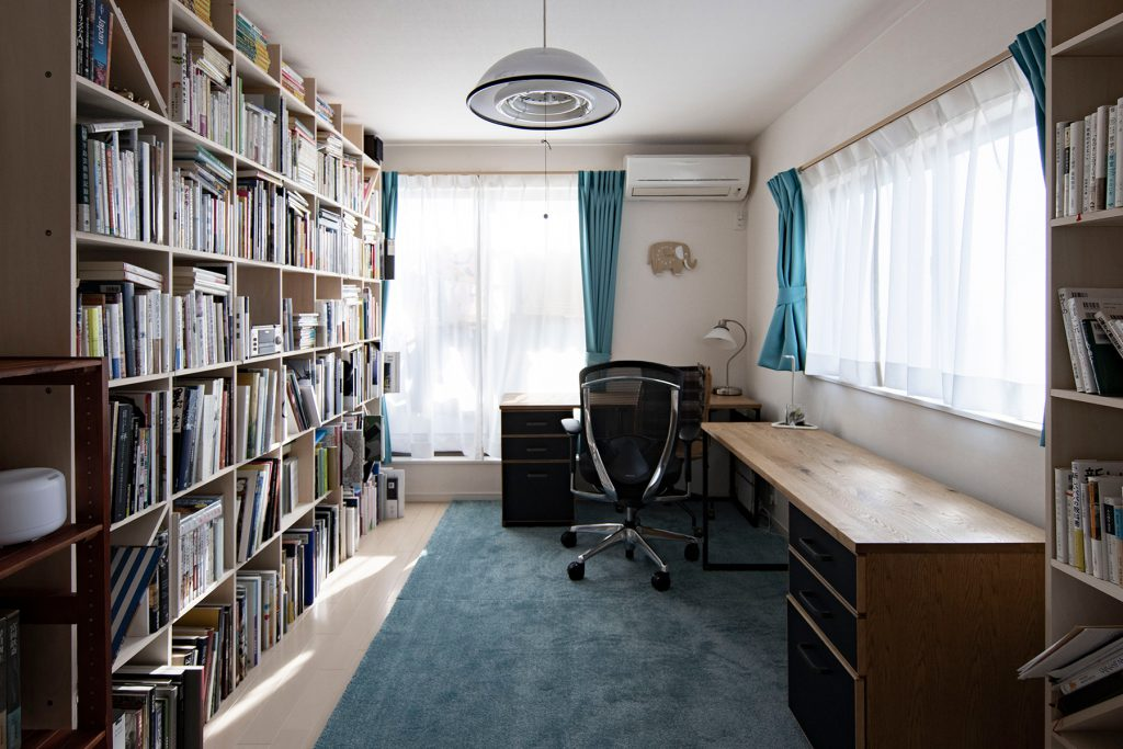 ご夫婦共用の書斎に   壁一面の本棚と広めのワークデスク